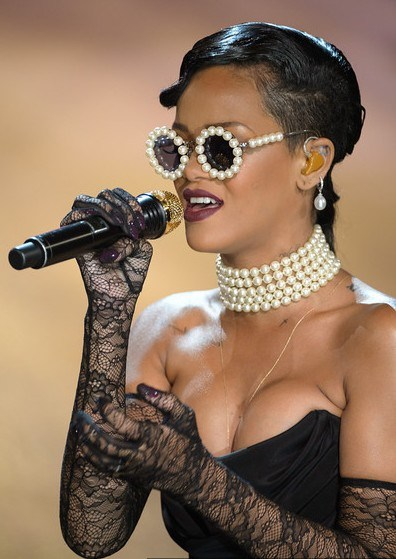 rihanna-vic-sec-show-glasses